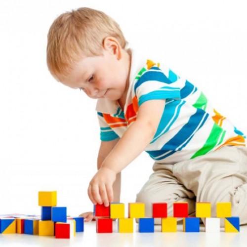 لعبة تركيب قطع خشبية على شكل مكعبات