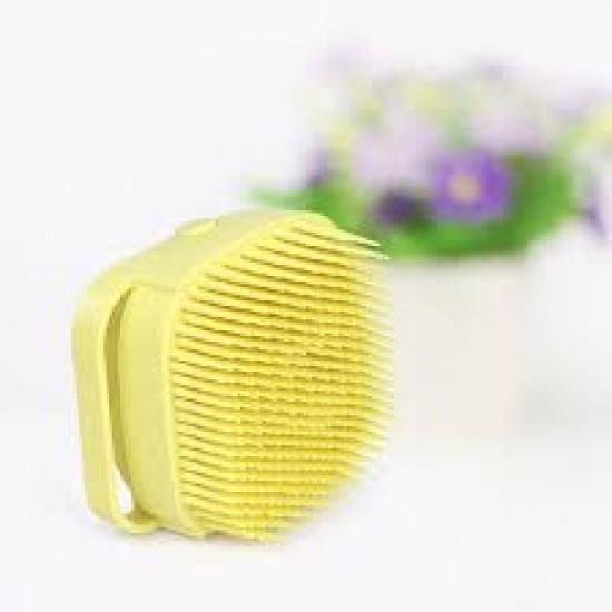 فرشاة سهلة الاستخدام ويمكن وضع الصابون بداخلها