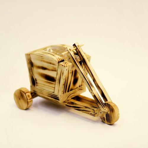 تحفة خشبية على شكل عربة مع حوض ورد